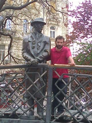 A Nagy Öreg, Nagy Imre bátorító jelenlétében. Igaz, ő minden magyar embert bátorít, ha a tőle telő jót akarja. Egy női lázadót is. Nem személyválogató. Pont mint az Isten. ;-)