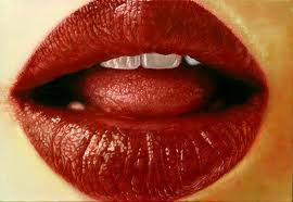 Igen, rettentően vörös. De az ajkakon a hámréteg azért vékonyabb, hogy a vér színe jobban átüssön, és a női ajak mindig kicsit a vagina szinonimája. Befogadáskor a szeméremajkak is vérrel teltek, és kissé duzzadtak. Vajon itt beágyazódott már a petesejt, és várja az új életet hozó ondósejtet?