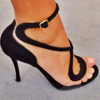 Nem, nem cipőreklám! De a tervező ravaszul irányítja a láb egyik legszexibb részére a tekintetet - a bokára. A Bibliából jól ismert kígyózó vonal... Mire csábít?