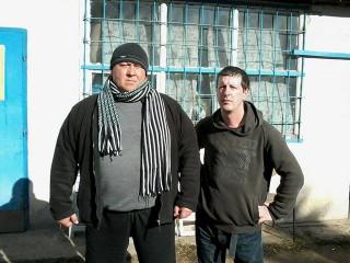 Ő Benga. Jóbarát a szerb háború óta. Hát profi, biztos tudja, mikor mennyire kell valakit meglátogatni.