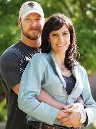 Chris Kyle, akinek élete szolgált a film alapjául, feleségével. Mindketten  nagyon sok áldozatot hoztak a népért, melynek tagjai.