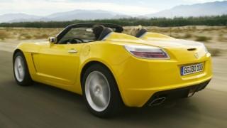 sárga nyitott autó