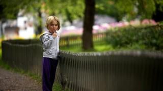 Az udvarban a kerítés mellett beszélget Maja